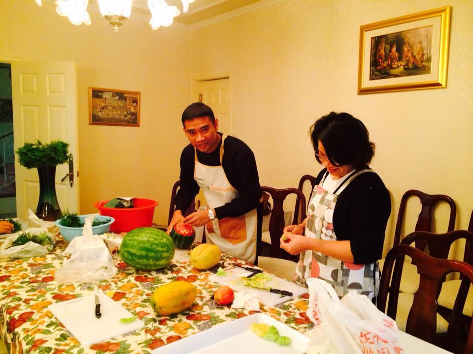 โครงการสอนแกะสลักผักผลไม้แก่ชุมชนไทย ในประเทศแคนนาดา โดยอาจารย์เจตนิพัทธ์ บุณยสวัสดิ์ เป็นตัวแทนสาขาวิชาอาหารและโภชนาการ และอาจารย์กมลพิพัฒน์ ชนะสิทธิ์ เป็นตัวแทนสาขาวิชาอุตสาหกรรมการบริการอาหาร คณะเทคโนโลยีคหกรรมศาสตร์ มหาวิทยาลัยเทคโนโลยีราชมงคลพระนคร
